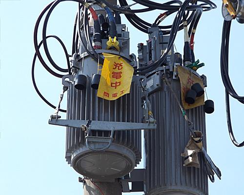電柱のポリバケツ2.jpg